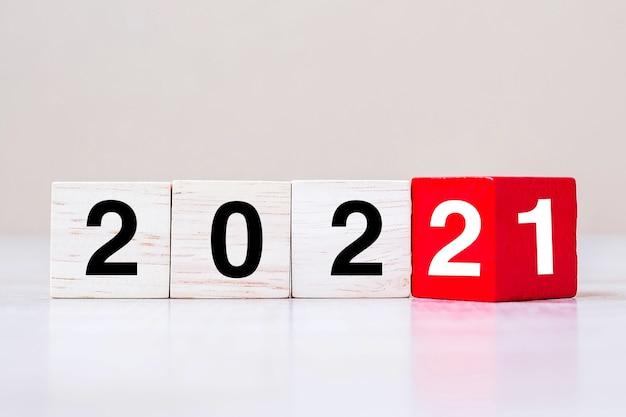 2022 cubo di legno sul tavolo