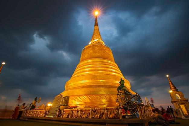 21 ottobre 2019 bangkok, thailandia twilight golden pagoda mountain temple, la destinazione di viaggio più famosa di bangkok thailandia