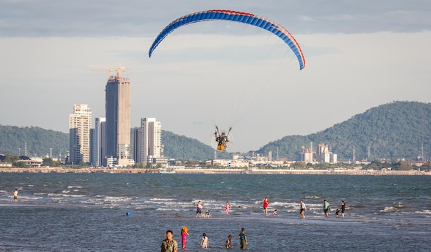 22 maggio21 a bang saen thailandia bella vista sulla spiaggia il surf batte la riva