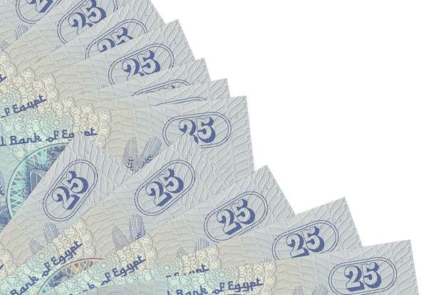 25 piastres egiziano fatture si trova isolato su sfondo bianco con copia spazio impilati nella ventola da vicino