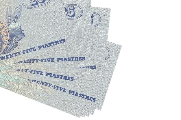 25 banconote egiziane piastres si trovano in un piccolo mazzo o pacchetto isolato su bianco