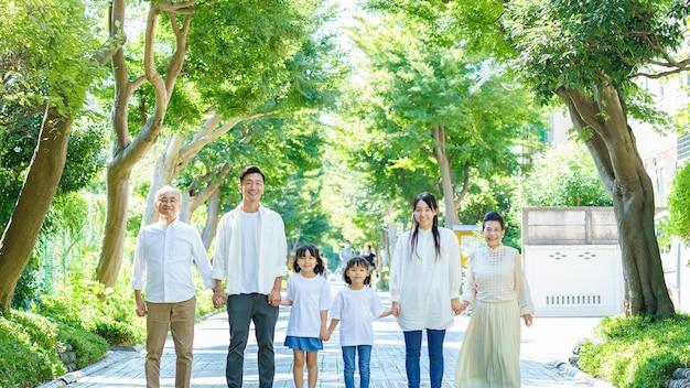 Famiglia di 3 generazioni che si tiene per mano in greenly street