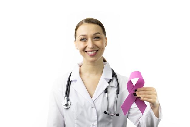 30s dottoressa con nastro viola per il mese della consapevolezza dell'epilessia, eeg del cervello