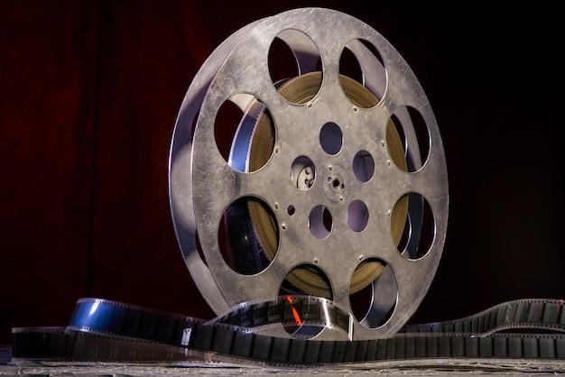 Bobina di pellicola da 35 mm con illuminazione drammatica al buio