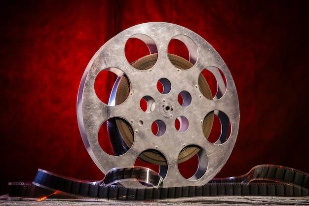 Bobina di pellicola da 35 mm con illuminazione drammatica su un rosso