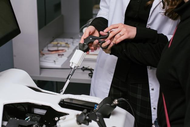 Attrezzatura medica 3d. attrezzatura di addestramento per le operazioni. una persona è addestrata a fare operazioni mediche sul dispositivo.