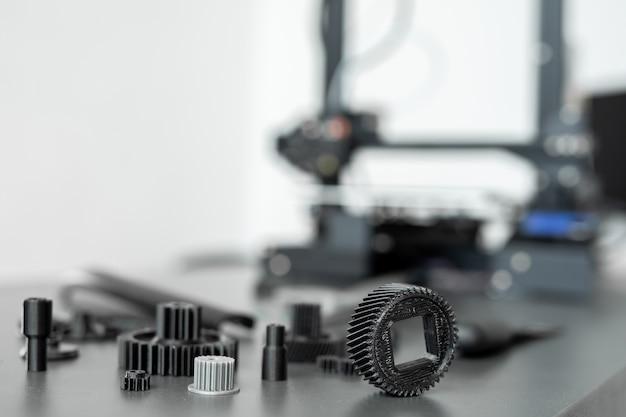 Oggetti stampati in 3d sul tavolo in laboratorio