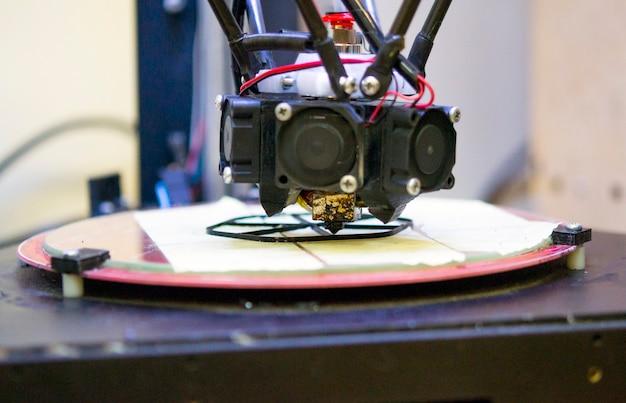 Stampante 3d e primo piano del modello di oggetto creato. tecnologie additive moderne e progressive rivoluzione industriale 4.0