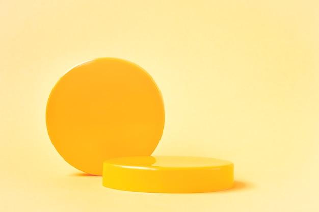 3d rendono i piedistalli gialli e il podio del cerchio per il prodotto cosmetico su fondo giallo