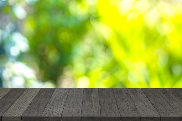 Rendering 3d, mensole in legno nero o tavolo in legno nero con vista sullo sfondo della natura.puoi utilizzare i prodotti display. o aggiungi il tuo testo nello spazio