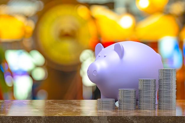 Rappresentazione 3d, moneta con un porcellino salvadanaio, risparmio che cresce per l'affare e l'idea finanziaria di concetto, fondo astratto leggero della sfuocatura