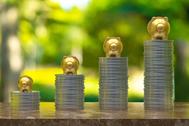 Rendering 3d, moneta con un salvadanaio d'oro, risparmio di crescita per idea di business e concetto finanziario, moneta su legno e albero bokeh sfondo selettivo spazio vuoto copia per banner social media promozione