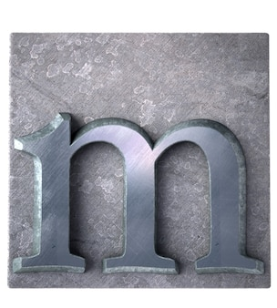Rendering 3d di una lettera m in stampa dattiloscritta metallica
