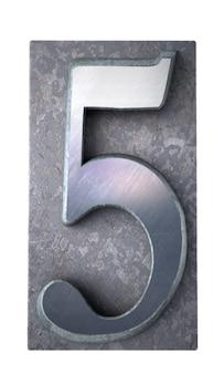 Rendering 3d del numero 5 in casi di lettere stampate dattiloscritte