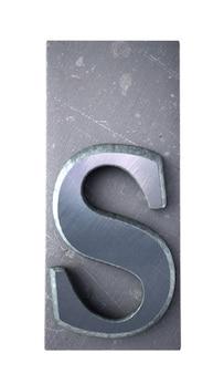 Rendering 3d di una lettera s in stampa dattiloscritta metallica
