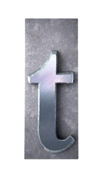 Rendering 3d di una lettera t in stampa dattiloscritta metallica
