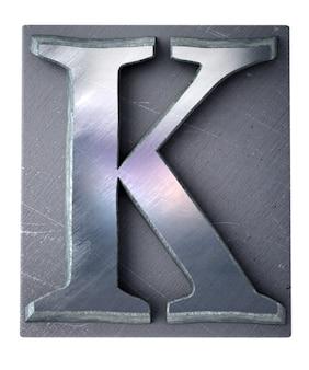 Rendering 3d una lettera k maiuscola in stampa dattiloscritta metallica