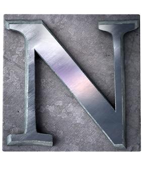 Rendering 3d di una lettera n maiuscola in stampa dattiloscritta metallica