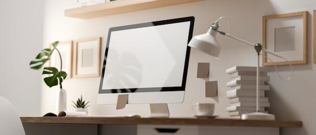 Rendering 3d, vista attraverso la parete di vetro della stanza dell'home office con computer, forniture e decorazioni sul tavolo