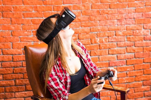 Tecnologia 3d, realtà virtuale, intrattenimento e concetto di persone - giovane donna felice con cuffie per realtà virtuale o occhiali 3d che giocano e combattono