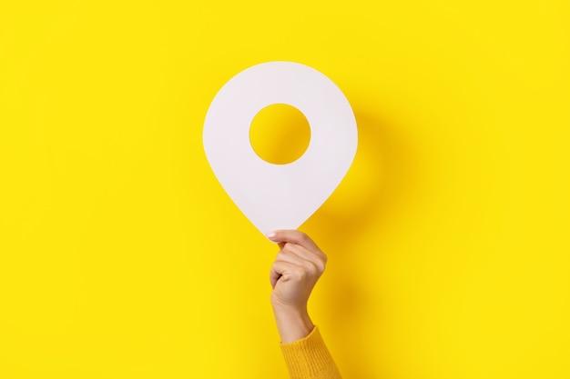 3d pin bianco in mano su sfondo giallo