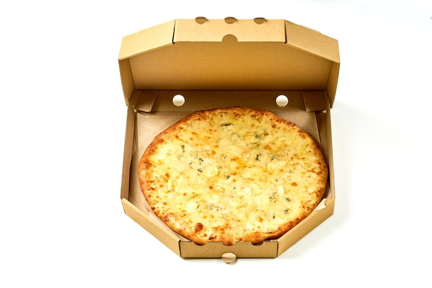 Pizza ai 4 formaggi con besciamella e contorni croccanti, isolata su fondo bianco