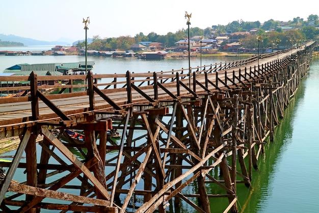 447 metrelong mon bridge il ponte di legno fatto a mano più lungo nel distretto di sangkhlaburi della thailandia
