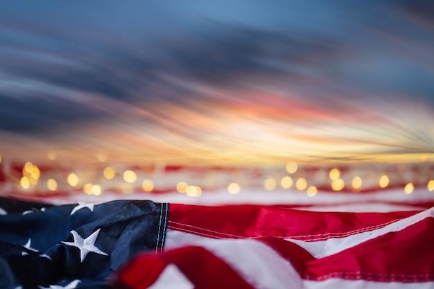 4 luglio della festa dell'indipendenza, festa del lavoro, stati uniti, bandiera usa con bokeh con cielo all'alba