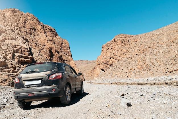 L'auto fuoristrada 4x4 va in montagna. concetto di avventura.
