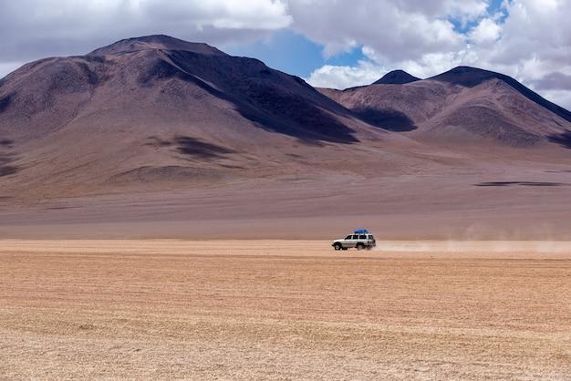 4x4 guidando attraverso l'altipiano in bolivia