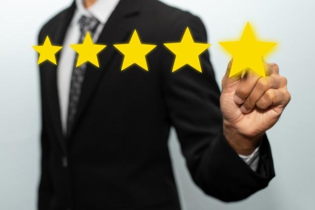 5 stelle. mano del cliente dell'uomo d'affari che punta sul pulsante a cinque stelle sullo schermo visivo per rivedere una buona valutazione, marketing digitale, buona esperienza, pensiero positivo e concetto di feedback dei clienti
