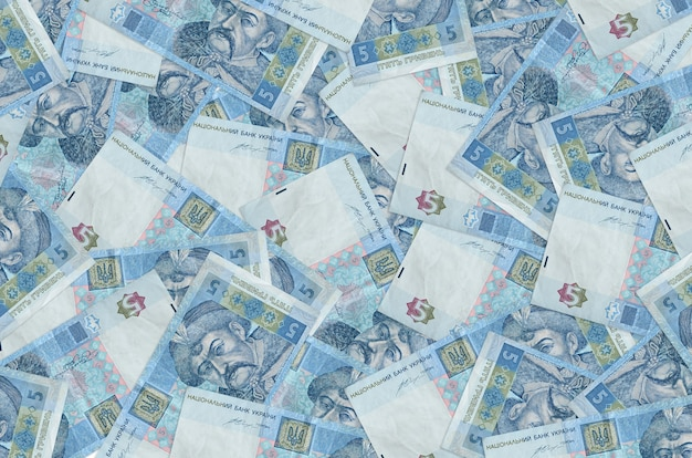 5 banconote hryvnias ucraine si trovano in una grande pila. parete concettuale di vita ricca. grande quantità di denaro