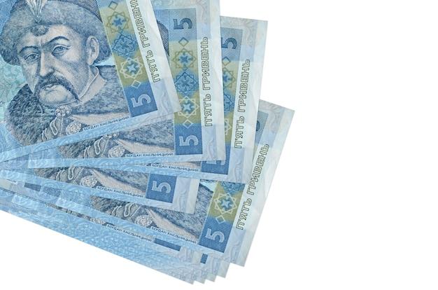 5 fatture hryvnias ucraine si trovano in un piccolo mazzo o pacchetto isolato su bianco. concetto di cambio valuta e affari