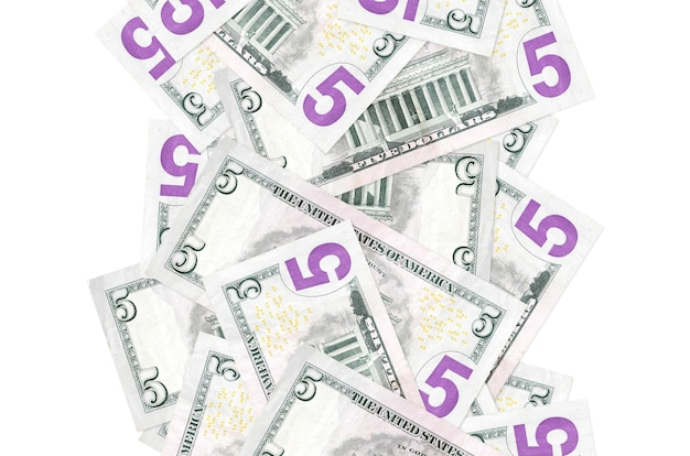 5 banconote in dollari usa che volano giù isolate. molte banconote che cadono con lo spazio bianco della copia sul lato sinistro e destro