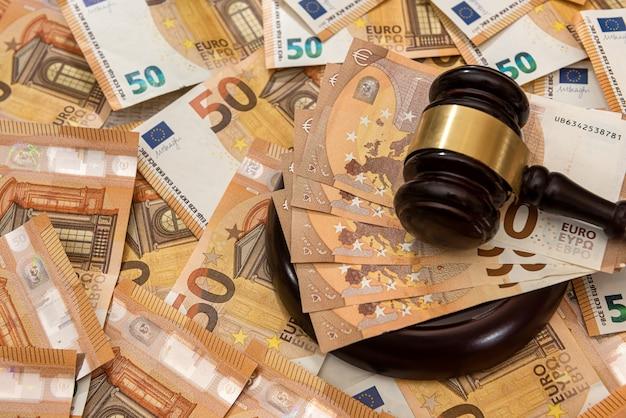50 banconote in euro con un martello di legno come concetto di tangente. legge