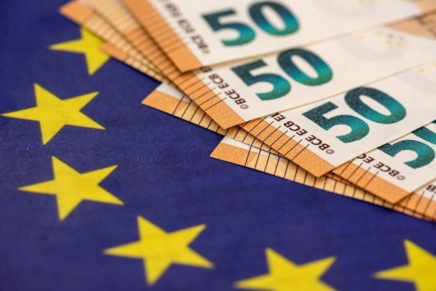Banconote da 50 euro su glag d'europa. concetto di finanza