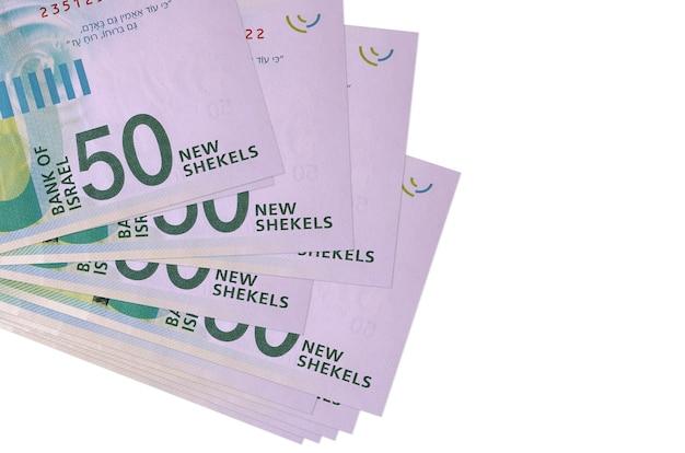 50 nuove banconote in sicli israeliani si trovano in un piccolo mazzo o pacco isolato su bianco. concetto di cambio valuta e affari