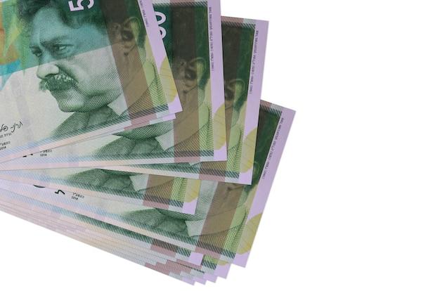 50 nuovi shekel israeliani si trovano in un piccolo mazzo o in un pacchetto isolato su bianco. concetto di cambio valuta e affari