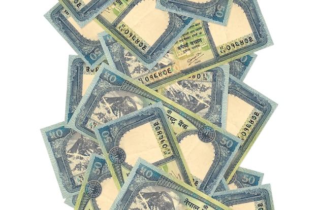 50 banconote in rupie nepalesi che volano giù isolate su bianco. molte banconote che cadono con lo spazio bianco della copia sul lato sinistro e destro
