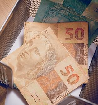Banconota da 50 reais del real brasiliano in fotografia ravvicinata