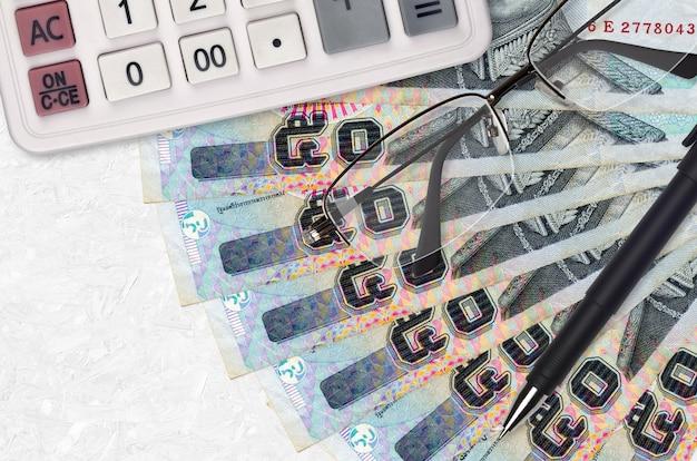 50 baht thailandesi fatture ventilatore e calcolatrice con occhiali e penna