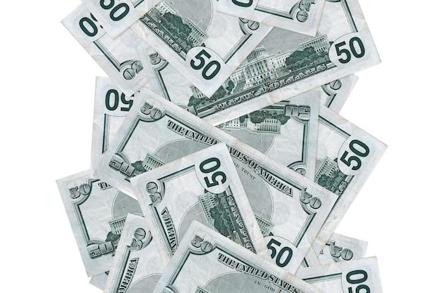 Banconote da 50 dollari usa che volano giù isolate. molte banconote che cadono con lo spazio bianco della copia sul lato sinistro e destro