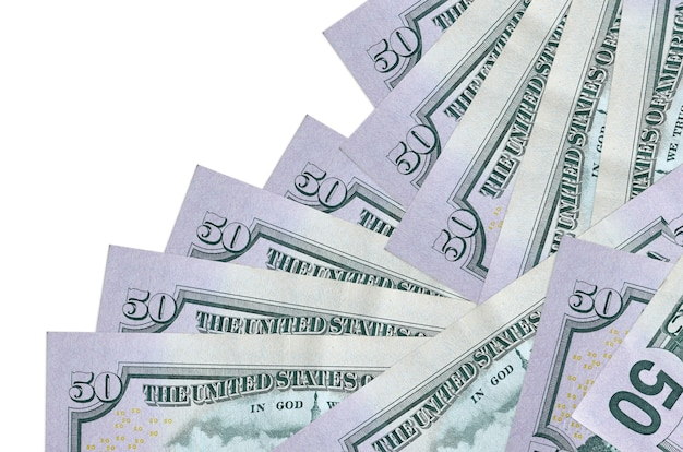50 dollari di bollette usa si trova in un ordine diverso isolato su bianco. attività bancarie locali o concetto di fare soldi.