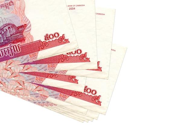 500 bollette riels cambogiane si trovano in un piccolo mazzo o pacchetto isolato su bianco. concetto di cambio valuta e affari