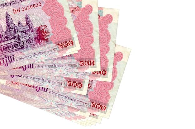 500 banconote riel cambogiane si trovano in un piccolo mazzo o pacchetto isolato su bianco. concetto di cambio valuta e affari