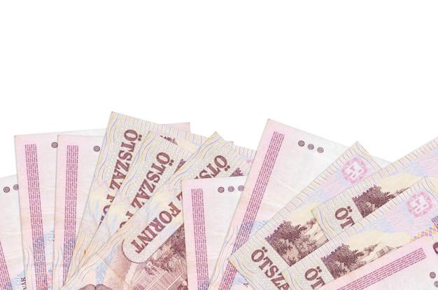 500 banconote in fiorini ungheresi si trovano sul lato inferiore dello schermo isolato. modello di banner di sfondo per concetti di business con i soldi