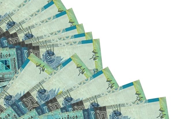 500 bollette tenge kazako si trova isolato su sfondo bianco con spazio di copia impilati nella fine del ventilatore