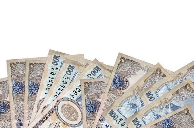 Le banconote da 500 rupie nepalesi si trovano sul lato inferiore dello schermo isolato su sfondo bianco con spazio di copia