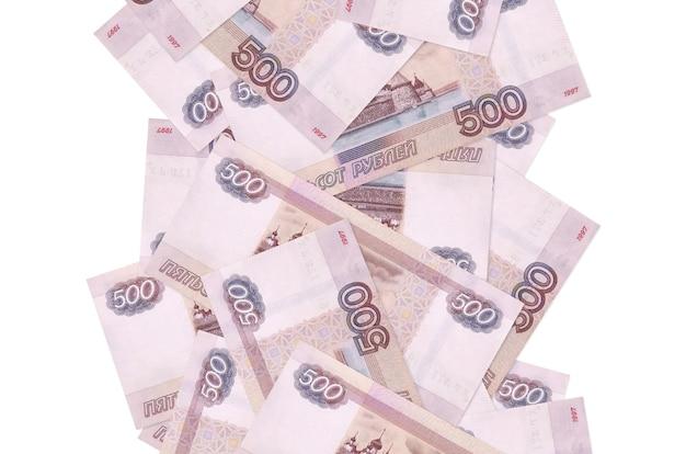 500 rubli russi fatture che volano giù isolato su bianco. molte banconote che cadono con lo spazio bianco della copia sul lato sinistro e destro