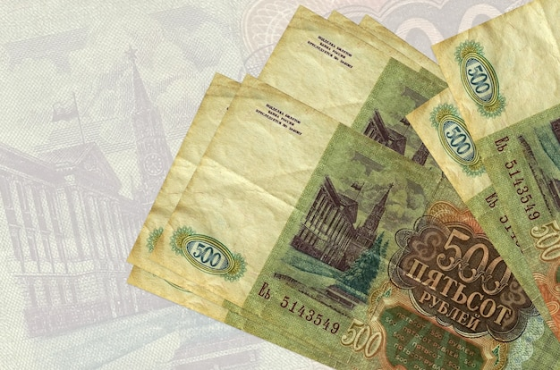 500 rubli russi fatture si trovano in pila sullo sfondo